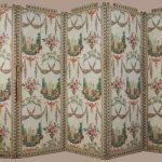 Paravent à charnière inversible formé de cinq panneaux constitués d'un châssis en bois peint, de toile clouée et recouverts de 3 motifs différents de papier peint , impression planche, vers 1790, Musée du Papier peint, Rixheim, France, inv. 2011.27.1