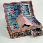 Boîte à secrets en cartonnage du 19e siècle, recouverte de papiers peints de manufacture inconnue, France, vers 1790, Collection du Musée du Papier peint, Rixheim, France, inv. 2013.18.1.