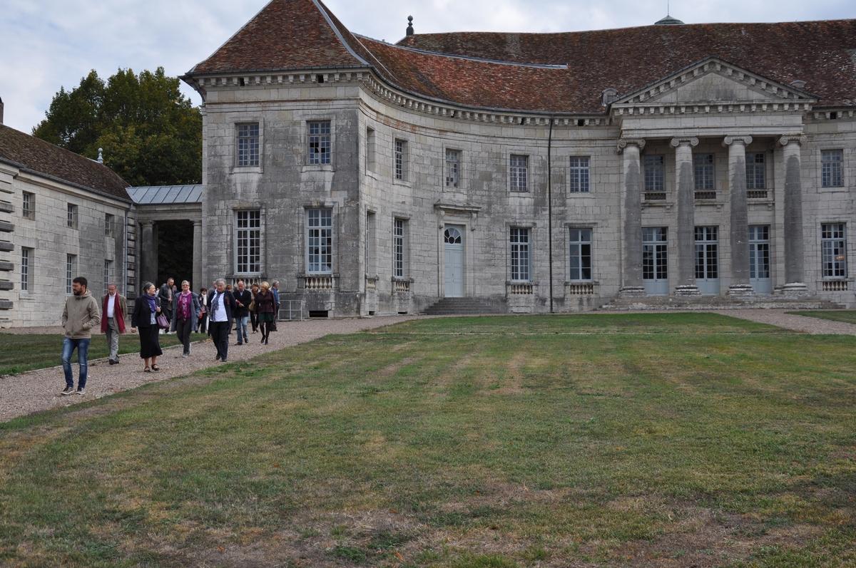 Façade avant - Château de Moncley, bâti entre 1778 et 1790 par l'architecte Claude Joseph Alexandre Bertrand (disciple de l'architecte Claude-Nicolas Ledoux) pour le marquis François Terrier de Santans, premier président du parlement de Besançon.