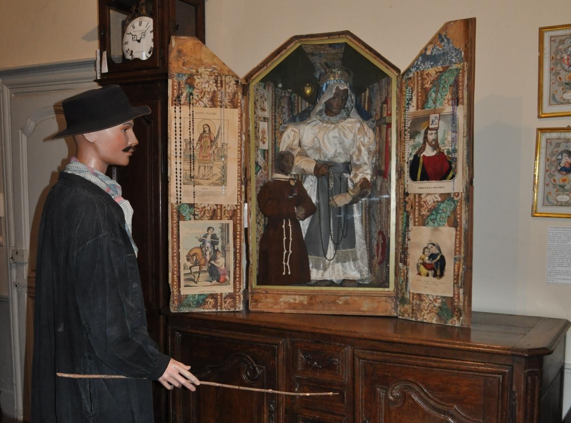 Boîte de colportage de la collection permanente d'art et tradition populaire – elle est ornée avec une bordure de papier peint des années 1815.